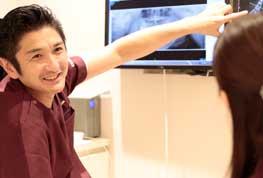 検査結果を説明してる男性歯科医師
